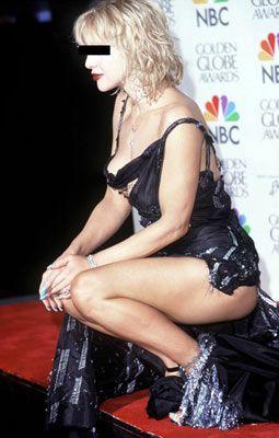 Courtney Love, 2000 Golden Globe Awards  Hem bacak, hem sırt hem de göğüs dekoltesini aynı anda kullanmayın. Hele ki elbisenizin altını giymeyi kesinlikle unutmayın!
